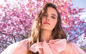 Preview wallpaper of bailee madison, rose, tree