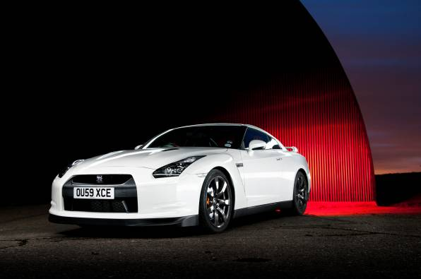 Обои Nissan GT-R white front