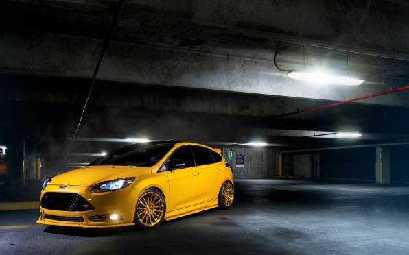Обои Ford Focus ST yellow на парковке